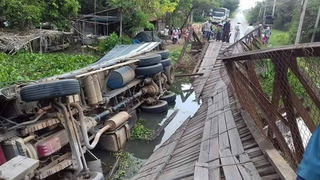 Xe 24 tấn lộn nhào xuống sông vì qua cầu chỉ có tải trọng 8 tấn