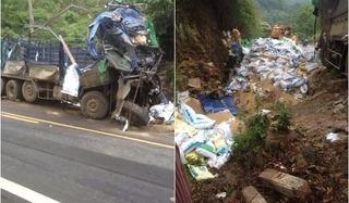 """Người dân thi nhau """"hôi của"""" sau khi chiếc xe tải chở cám đâm vào cách núi"""