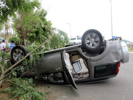 Chiếc xe ô tô bị lật ngửa trên đường
