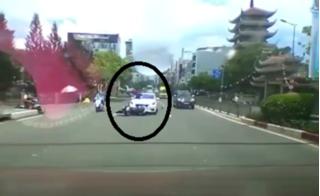 Clip tai nạn giữa xe máy và ô tô ở TP.HCM khiến dân mạng tranh cãi kịch liệt