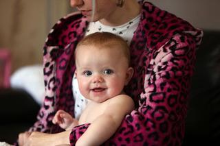 Chết lặng khi biết con mắc ung thư hiếm gặp qua đôi mắt sáng kì lạ, mẹ bỉm sữa cần biết