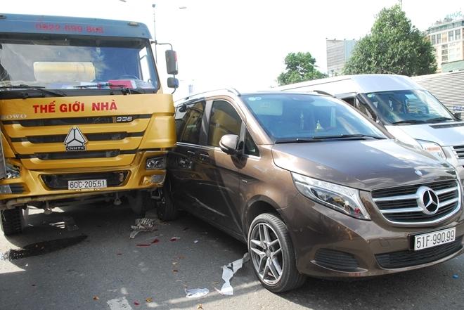 Vụ tai nạn giao thông liên hoàn đã khiến nhiều phương tiện hư hỏng