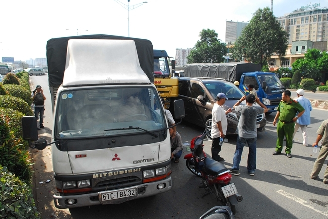 Các phương tiện dính chặt nhau sau vụ tai nạn giao thông liên hoàn