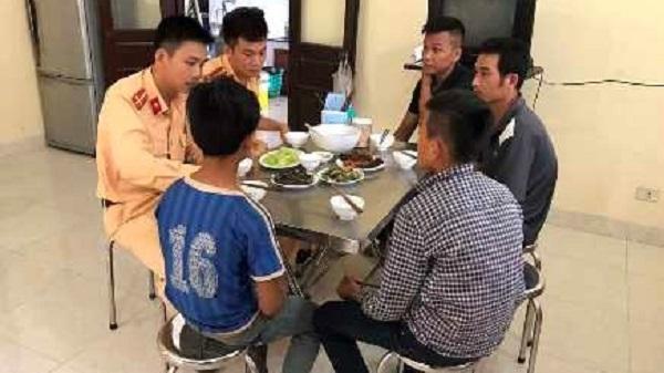 Bữa cơm được các chiến sĩ CSGT mời hai cháu bé và hai người bố