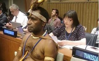 """Đại sứ Papua New Guinea """"sáng"""" nhất hội nghị Liên Hợp Quốc vì không mặc quần áo"""