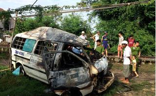 Tai nạn đường sắt: Tàu hỏa đâm trực diện và kéo lê ô tô 200m