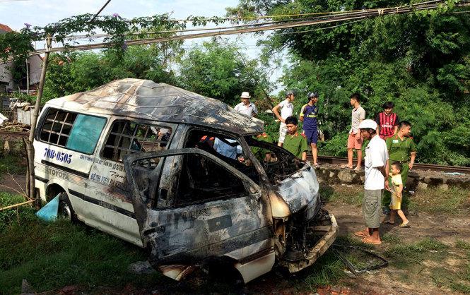 Vụ tai nạn giao thông đường sắt đã khiến chiếc ô tô bị biến dạng hoàn toàn