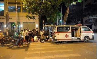 Vượt đèn đỏ, xe cứu thương đâm cô gái trẻ gãy chân rồi bỏ chạy