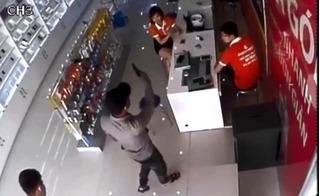 Truy tìm 2 thanh niên dùng súng cướp cửa hàng điện thoại chỉ trong 4 phút