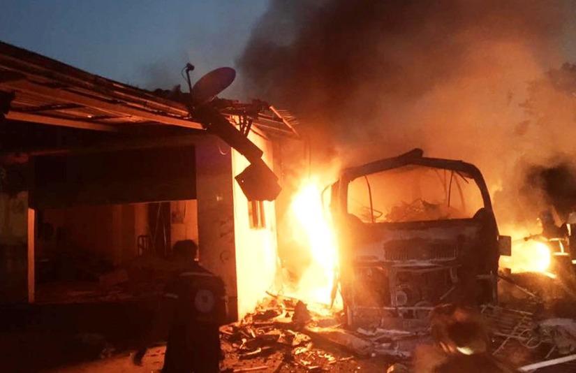 Hiện trường vụ xe khách bốc cháy ở Lào