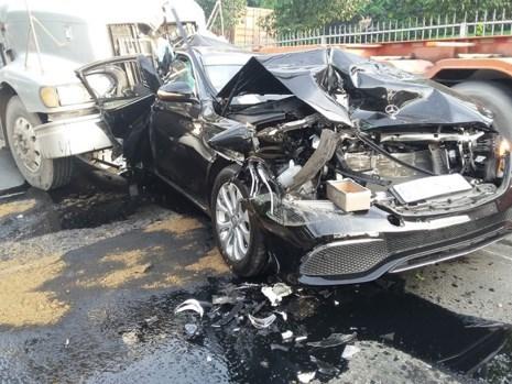 Hiện trường vụ tai nạn giao thông khiến chiếc xe Mercedes bị hư hỏng nặng