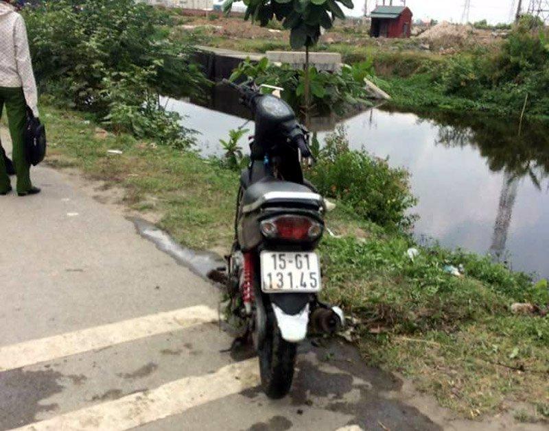 Chiếc xe máy của người đàn ông được phát hiện dưới mương nước