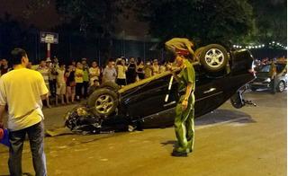 """Honda Civic đâm liên hoàn trước khi nằm """"phơi bụng"""" trên phố"""