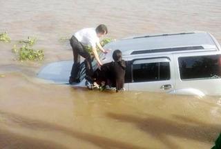 Ô tô tông vào nhân viên bến phà rồi lao xuống sông Vàm Nao
