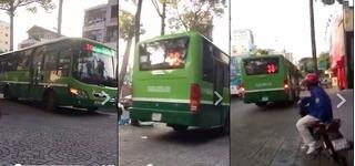 """Xe buýt thản nhiên leo lên vỉa hè như """"chốn không người"""""""