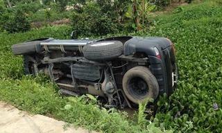 """Ô tô nằm """"phơi bụng"""" sau cú tông vào cột mốc ở Nghệ An"""
