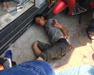 Giữa trưa nắng nóng, nam thanh niên cầm dao đâm người trên phố Phạm Ngọc Thạch