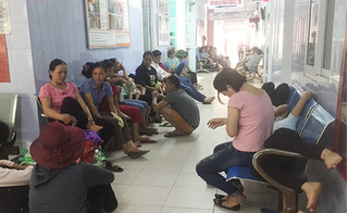 Hà Nội nắng nóng kỷ lục: Bệnh nhân và người nhà vật vã tránh nóng