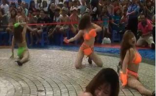 Nóng mắt với clip nhảy sexy tại công viên nước Đầm Sen