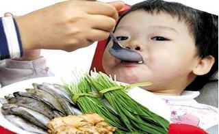Chuyên gia cảnh báo: 8 kiểu nhồi nhét khiến trẻ thêm gầy ốm, biếng ăn ngày hè