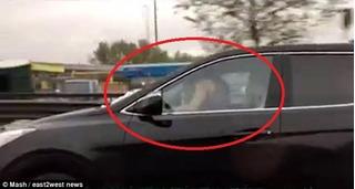 Dân tình sốc nặng với clip cặp đôi vừa lái xe vừa