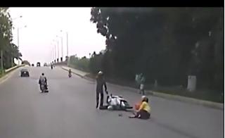 Thót tim chứng kiến cảnh hai mẹ con bị cướp, ngã văng ra đường ở Hưng Yên