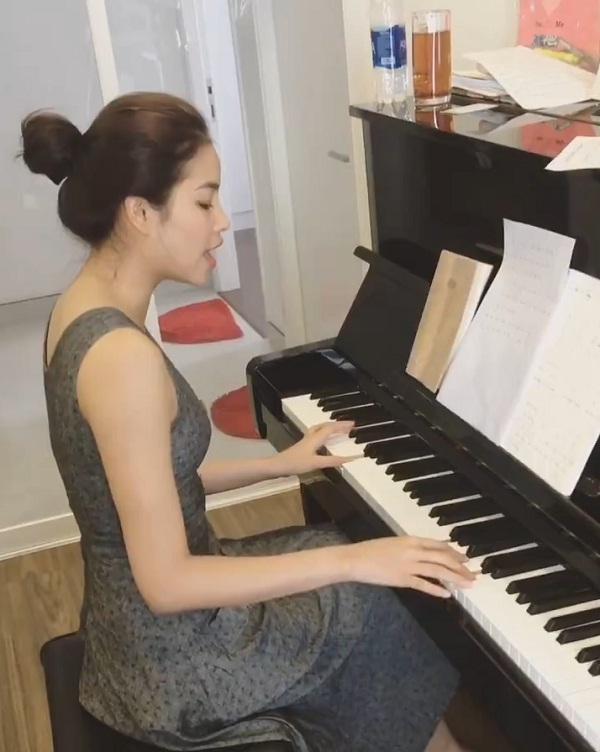 Phạm Hương vừa đàn vừa hát