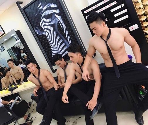 hotboy 6 múi ngực trần ở tiệm làm tóc