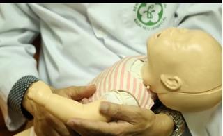 Clip cách sơ cứu trẻ sốt cao co giật của bác sĩ bệnh viện Bạch Mai