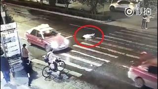 Cô gái giật liên tục trên đường vì ô tô đâm liên tiếp, người dân không ai đoái hoài