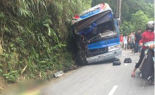 Xe khách chở học sinh đi du lịch đâm vào vách núi