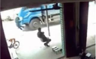 Bàng hoàng với clip trẻ nhỏ bị ô tô tải đâm trực diện vì đột nhiên chạy sang đường