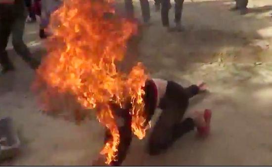 Chồng tẩm xăng đốt vợ