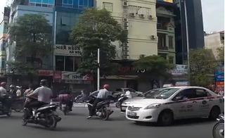 Clip xe điên ở Trần Duy Hưng vượt đèn đỏ, tạt đầu taxi, cố tình húc đầu ôtô