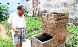 Giữa mùa hè mà mất nước hơn 20 ngày, người dân Hà Nội phải ra sông Hồng tắm rửa