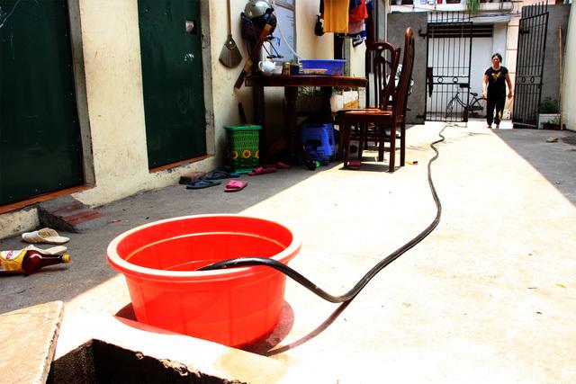 Tình trạng mất nước dài ngày ở Long Biên