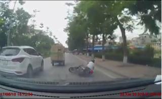 Clip cận kề cái chết của thanh niên chạy xe ẩu ngã thẳng đầu ô tô