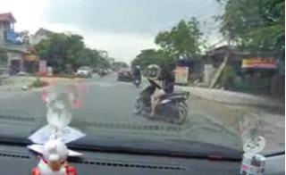 Choáng váng cảnh thiếu nữ quay xe tạt đầu ô tô thách thức tử thần