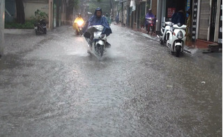 Clip cảnh Hà Nội hóa thành sông sau trận mưa lớn sáng nay