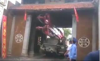 Nhói lòng clip cổng làng cổ Đường Lâm bị ô tô húc đến