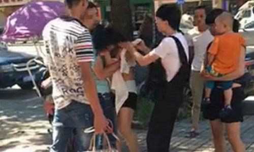 Trừng trị bồ nhí, lột quần lột áo giữa đường phố ở Trung Quốc. Ảnh: Shanghaiist