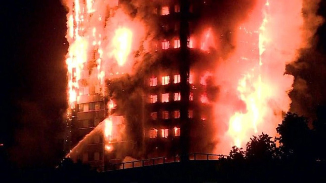 Hiện trường vụ cháy nhà chung cư ở Anh. Ảnh: Twitter