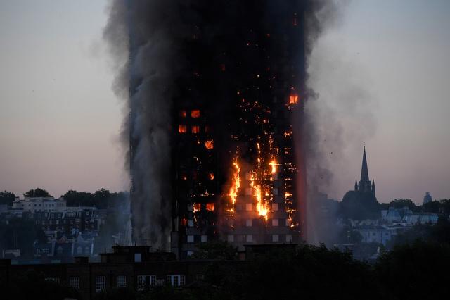 Vụ cháy tháp 27 tầng ở London (Anh) là chủ đề nóng nhất ngày 14/6. Ảnh: Twitter