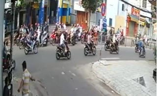 Hoảng hồn clip dàn cảnh cướp giữa TP.HCM: 6 xe máy bao vây, móc túi 175 triệu đồng