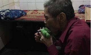 Giữa Hà Nội vẫn còn cảnh mẹ già góp nhặt từng hào lẻ nuôi hai con bị bệnh tâm thần, ngày hút 3 bao thuốc lá