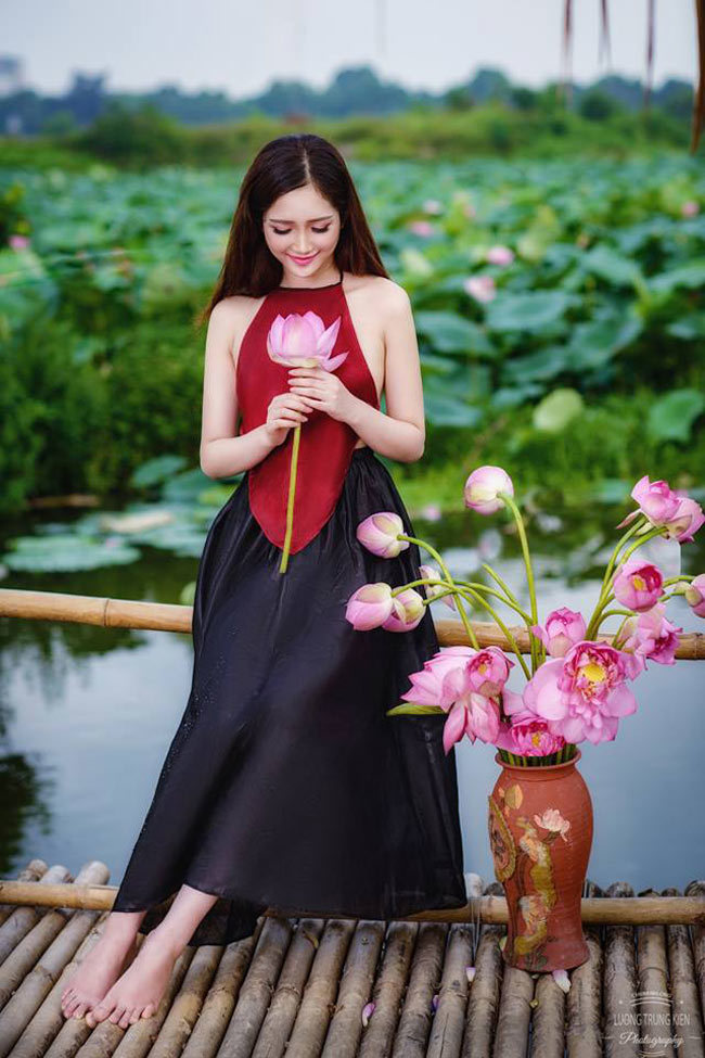 Thiếu nữ đẹp dịu dàng bên hồ sen