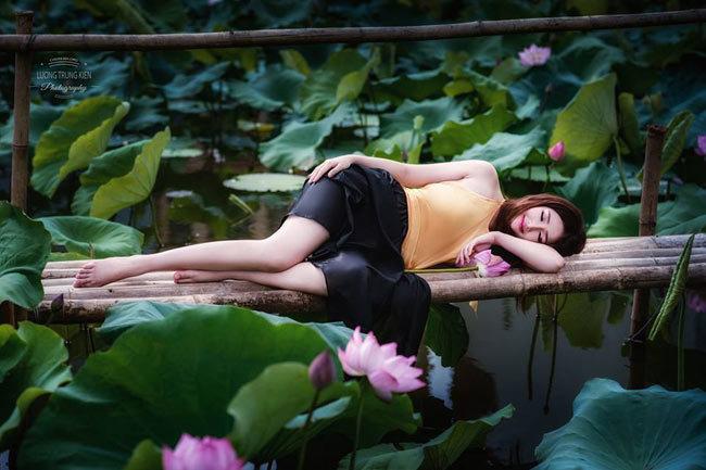 Khoảng khắc yên bình bên hồ sen