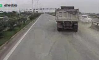 Thót tim với clip ô tô chạy 130km/h bị xe ben tạt lao xuống ruộng