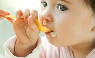 Sai lầm của mẹ khi cho con ăn sữa chua, gây hại cho sức khoẻ