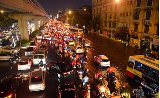 """Hà Nội mưa lớn đúng giờ tan tầm, người xe """"bơi"""" giữa phố để về nhà"""